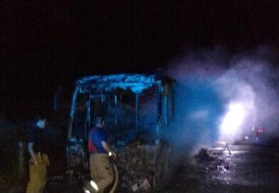 Autobús es consumido por el fuego en la carretera Costera