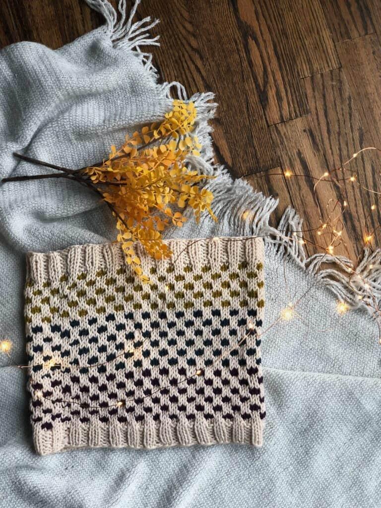 Fall modern knit cowl knitting pattern for beginners.