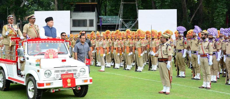 Governor hoists tricolour and reviews parade at Independence Day function in Srinagar