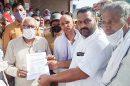 बर्खास्त शारीरिक शिक्षकों ने प्रदर्शन कर मंत्री को सौंपा ज्ञापन