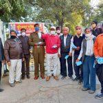 सड़क सुरक्षा संगठन ने मजदूरों को बांटे मास्क, किया जागरूक