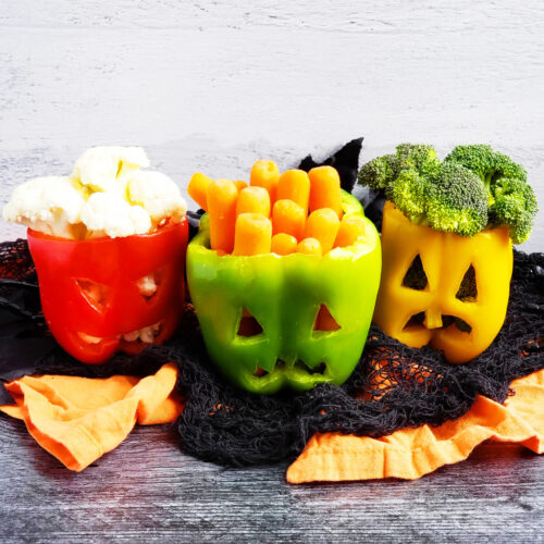 These Spooky Halloween Jack-O-Lantern Bell Peppers are the perfect, nutritious treat for a night of fun! It's a great way to encourage your kids to eat more veggies! beautifuleatsandthings.com