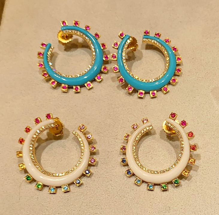 Bypass hoops in gold with precious gems from Sorellina