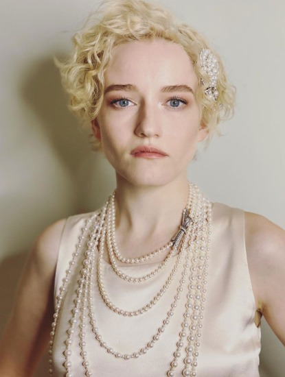 Julia Garnder in Chanel pearls