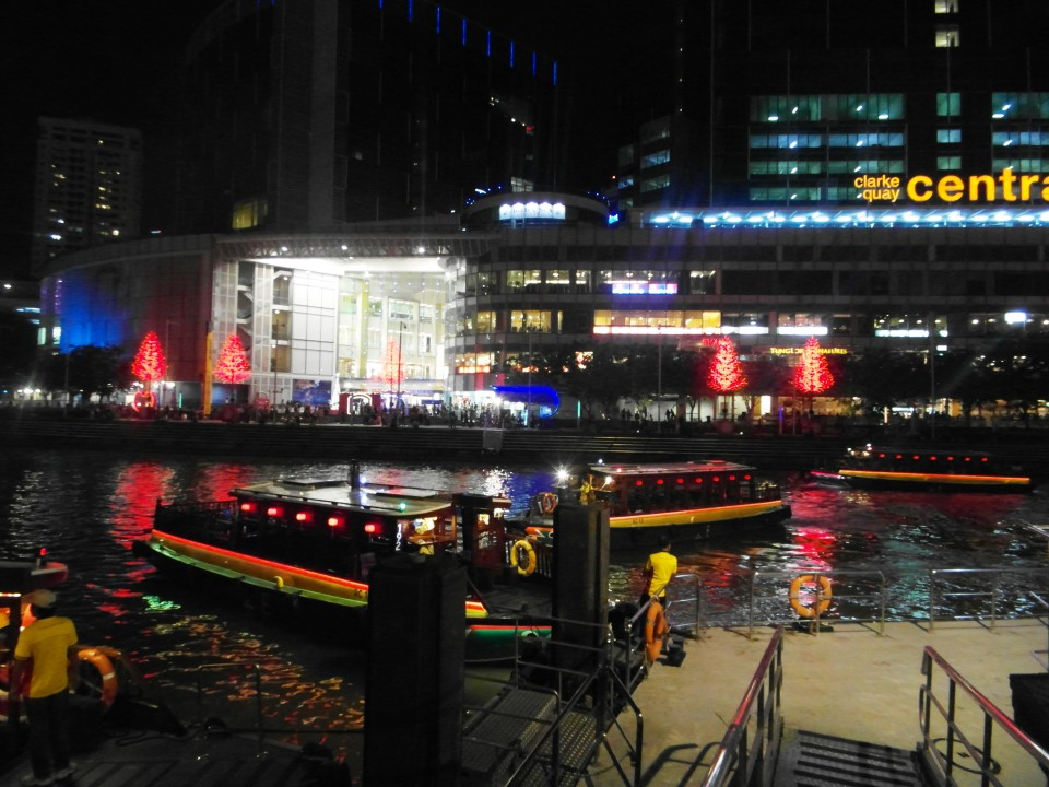 """Singapore river cruise along the Singapore river aboard a """"Bumboat"""""""