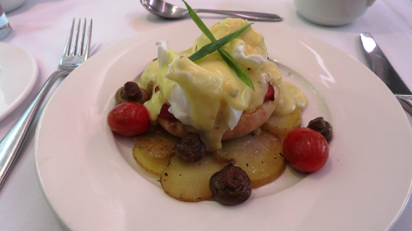 <em><strong>Rocky Mountaineer</strong></em> ~ Eggs Benedict at breakfast