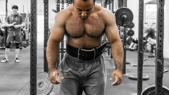 image shows how to wear a weightlifting belt