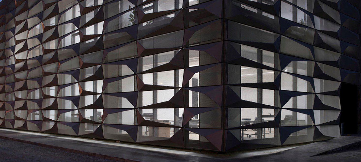 TUR, Tuerkei, Sakarya, im Herzen des neuen Industriegebiets 2 von Sakarya liegt die Hauptverwaltung und das Konferenzzentrum S20SB. Eine individuell gefaltete Aluminiumfassade umschliesst das Gebaeude und gibt ihm einen unverwechselbaren Charakter. Die Bueros sind von aussen uneinsehbar, die Benutzer können aber von innen hinausschauen. Architektur von Burak Pekoglu 2015-2016   TUR, Turkey, Sakarya, S2OSB_Headquarters and Conference Hall sits at the heart of Sakarya 2nd Industrial District. The aluminium facade wraps around the building, which is made of thoughtfully crafted metal that relates to changing program, from head offices to conference hall. The metal skin gives the building a single character. The light of day changes the look of the metal exterior throughout the day. At the offices the façade filters controlled day light. Interiors are camouflaged from the exterior, while the users can see outside.Architecture by Burak Pekoglu 2015-2016