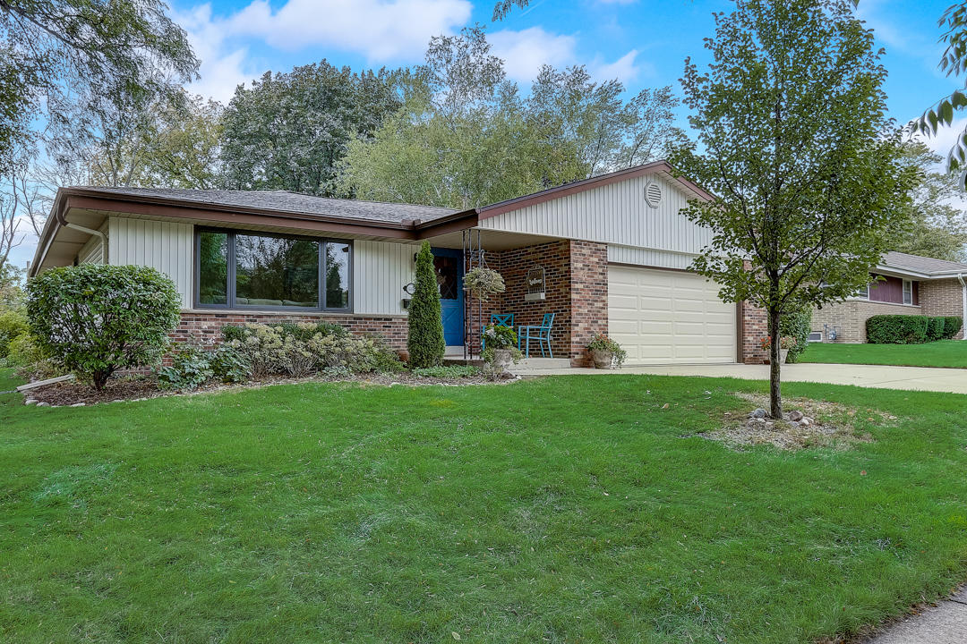 5194 Lakeside Dr Greendale, Wisconsin 53129-1921