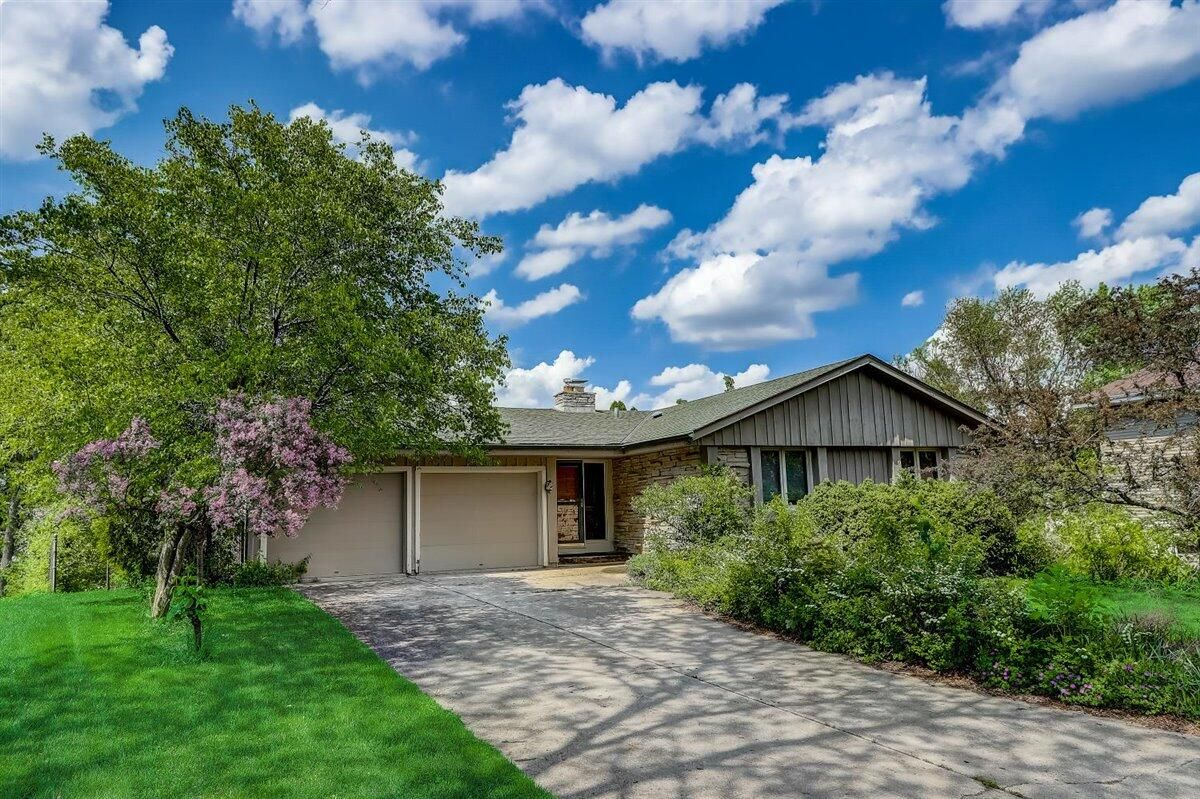 7476 Hill Valley Ct Greendale, WI 53129