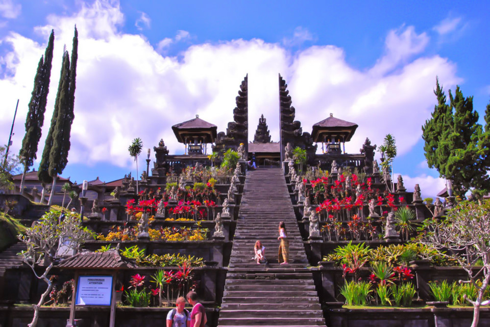 Pura Penataran Agung with the Candi Bentar or Split Gates separating Nista Mandala and Madhya Mandala