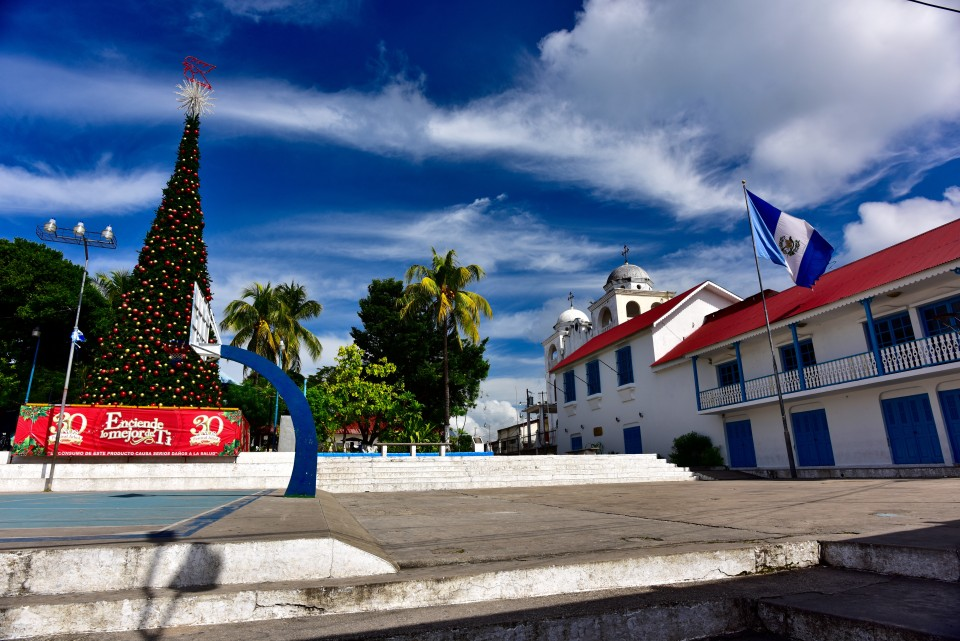 A partial view of the Parque Central with the Christmas tree