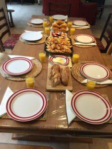 Petite Déjeuner gratuite pour clients, jus d'orange, Café Frais, Baguette Traditional, C croissants, Pain au Rasin, Pain Chocolate.Beauval Chambre D'hôtes