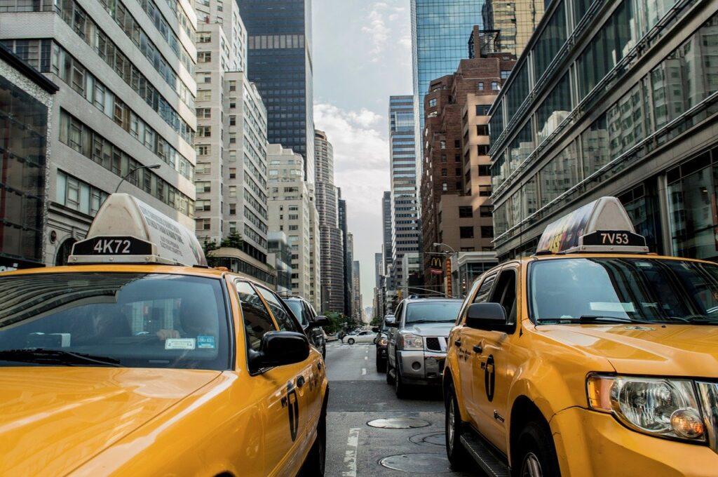 Gobernadora de Nueva York firmó ley contra quienes reporten a indocumentados