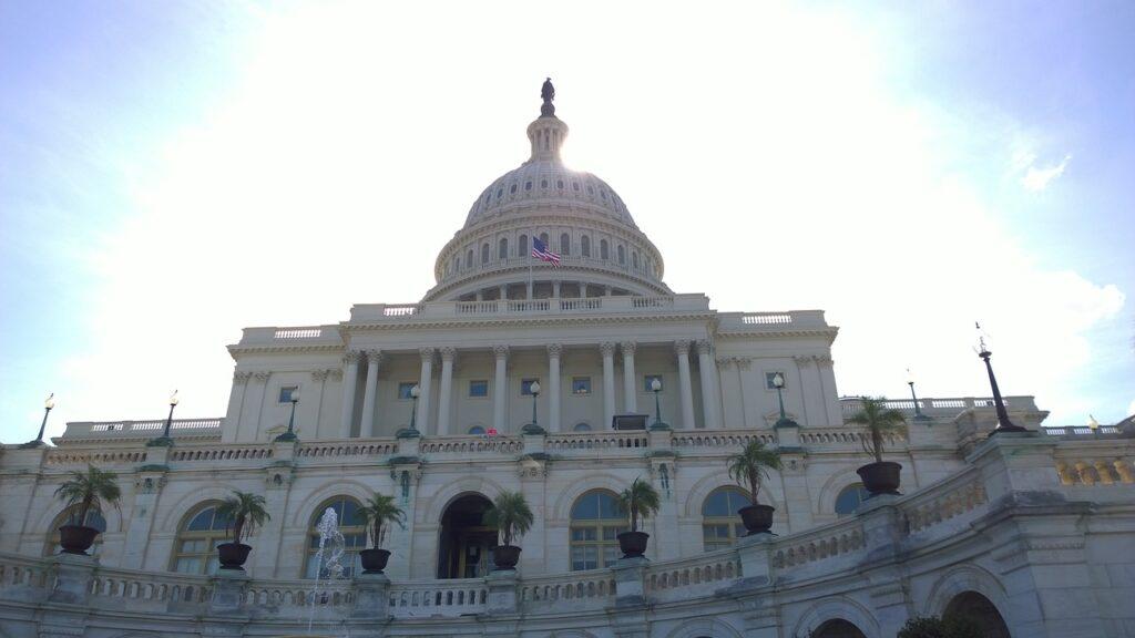El Senado extiende el techo de la deuda hasta principios de diciembre