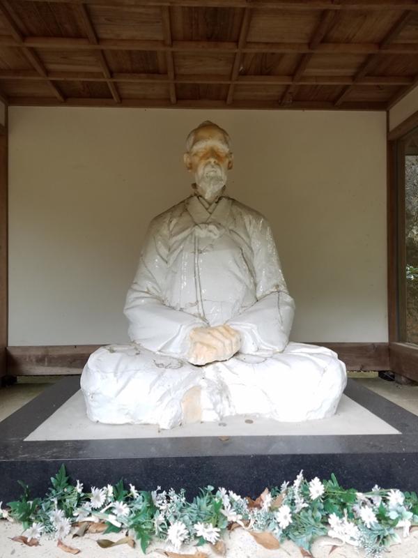 Памятник Ли Санпхёну, отцу-основателю японского фарфора