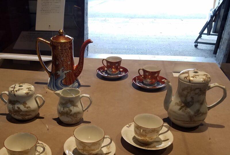 Кофейные сервизы эпохи Мэйдзи, изготовленные на Кюсю задолго до появления Норитакэ и Наруми (Музей керамики и фарфора Ариты)