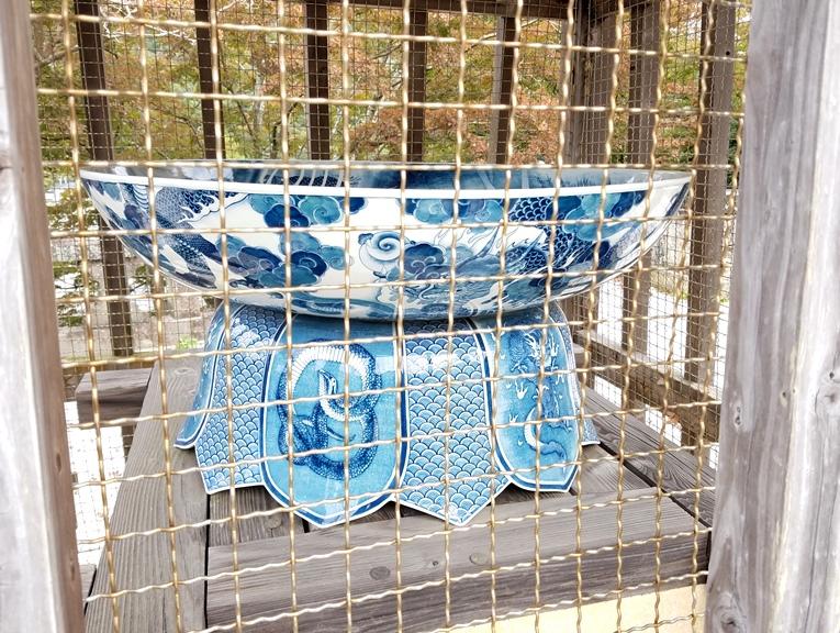 Резервуар для воды работы фарфориста компании Коранся Кинсаку Идэ для святилища Суэяма (1889 г.)