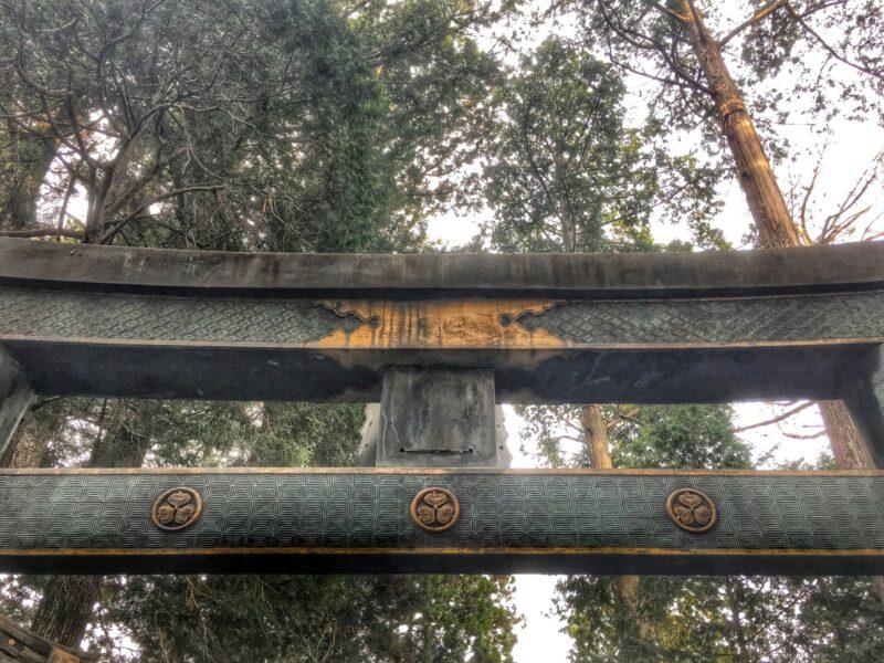 Резное оформление ворот в Никко