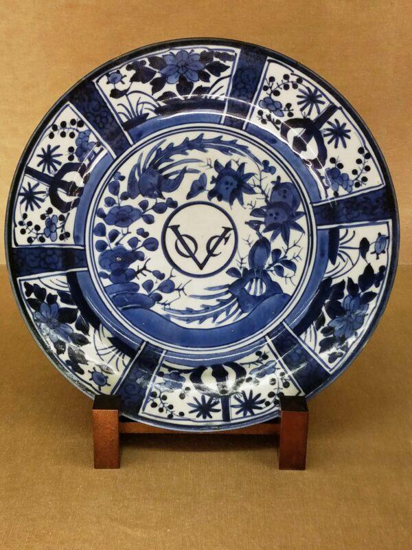 """Тарелка в классическом стиле """"сомэцукэ"""" с логотипом Голландской Ост-Индской Компании, VOC (Vereenigde Oostindische Compagnie)"""