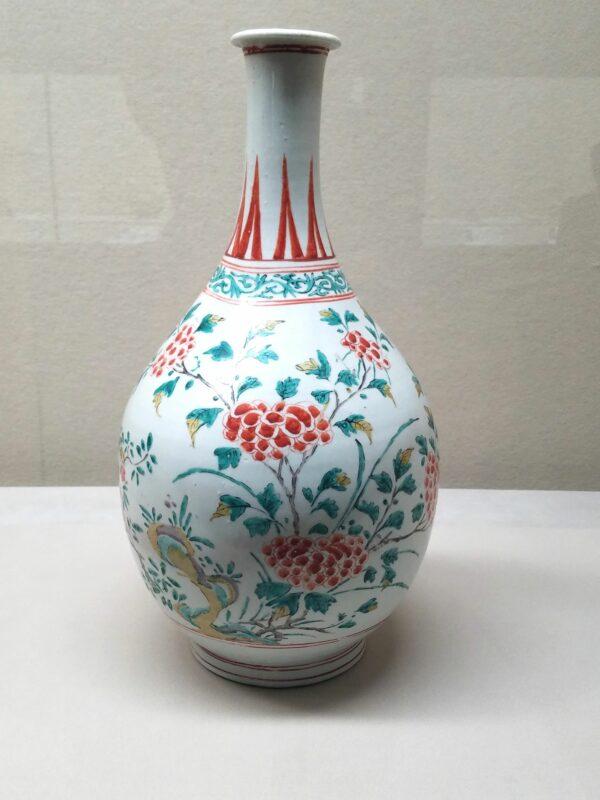 Бутылочка в раннем стиле Какиэмон 1660-1680 гг. (Музей Восточной керамики в Осаке)