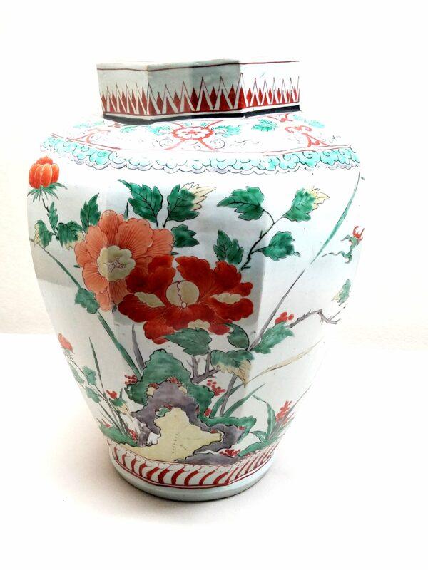 Ваза в стиле Какиэмон с пионами и камелиями 1680-1710 гг. (Музей Восточной керамики в Осаке)