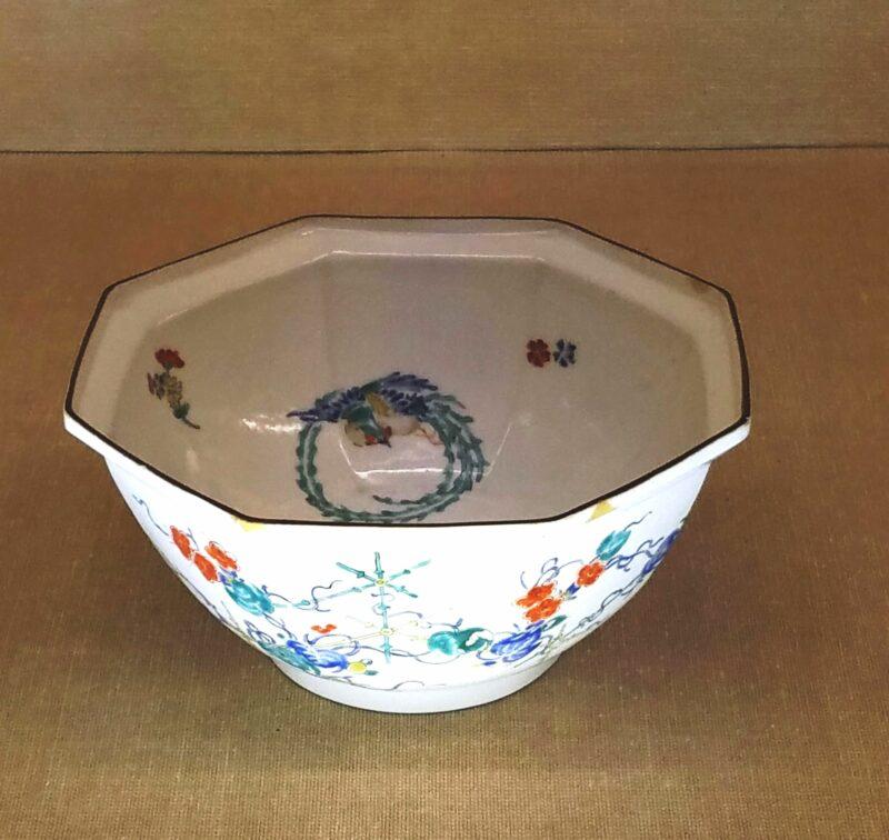 Восьмигранная чаша эпохи Эдо с классической палитрой красок и минималистичным сюжетом, отличающим стиль Какиэмон