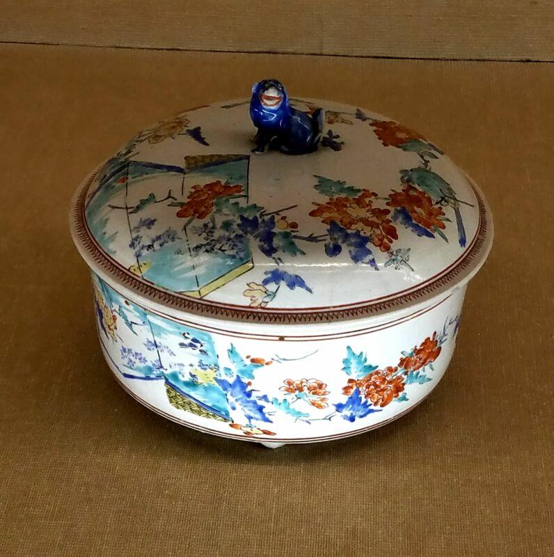 Супница эпохи Эдо с крышкой, демонстрирующая сочетание синей подглазурной и многоцветной надглазурной росписи с изящной ручкой в форме животного