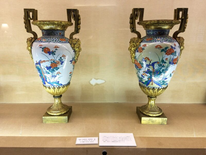 Пара ваз с позолотой (金具付), выполненная в 1670-80 гг. на экспорт в Европу