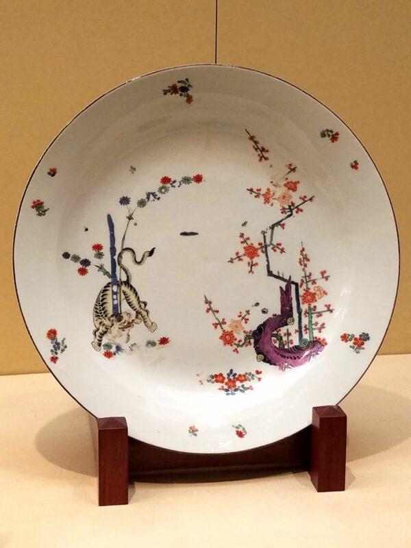 Тарелка в стиле Какиэмон, сделанная в Майсэне в 1774 г (Музей керамики Аити)