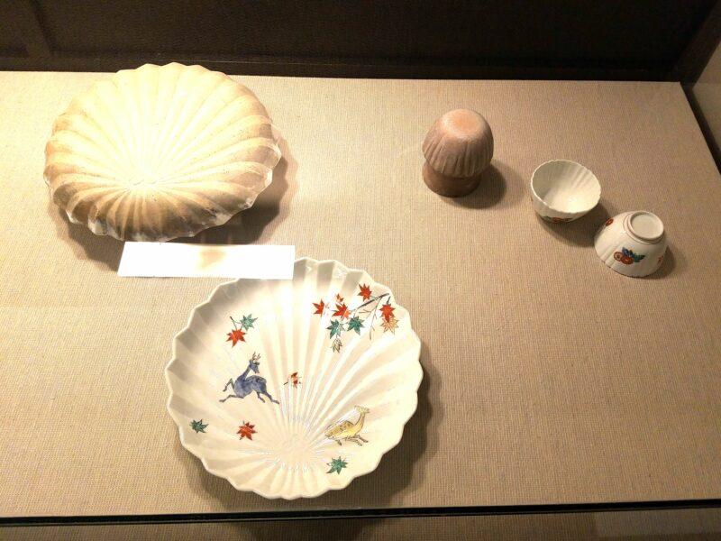 Посуда причудливых очертаний создается путем ручной формовки, в гончарне Какиэмон накопилось более 800 видов разнообразных форм!