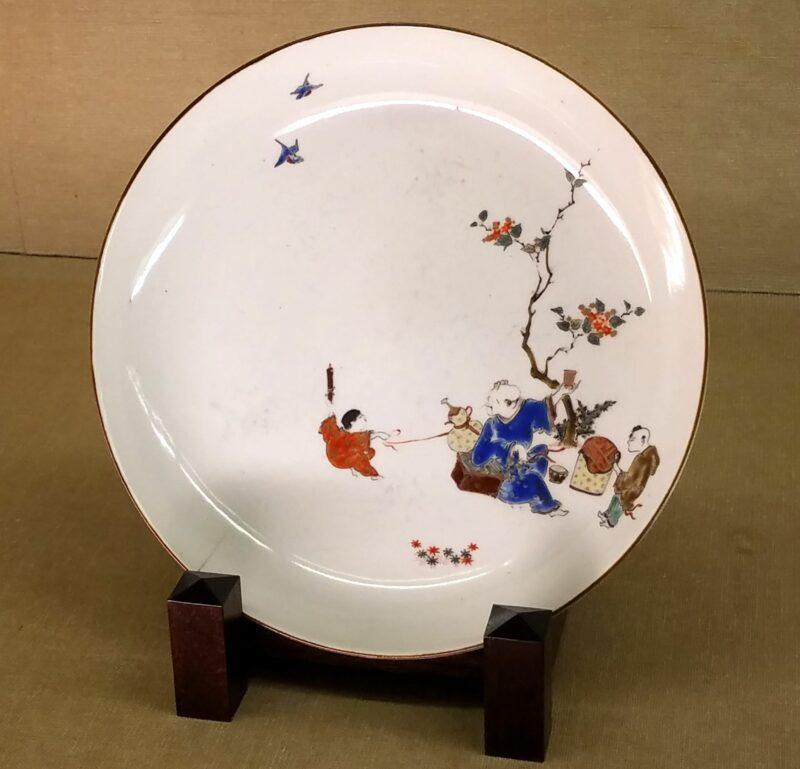Тарелка эпохи Эдо уже в сформировавшемся стиле Какиэмон (柿右衛門様式) с использованием техники «нигосидэ»