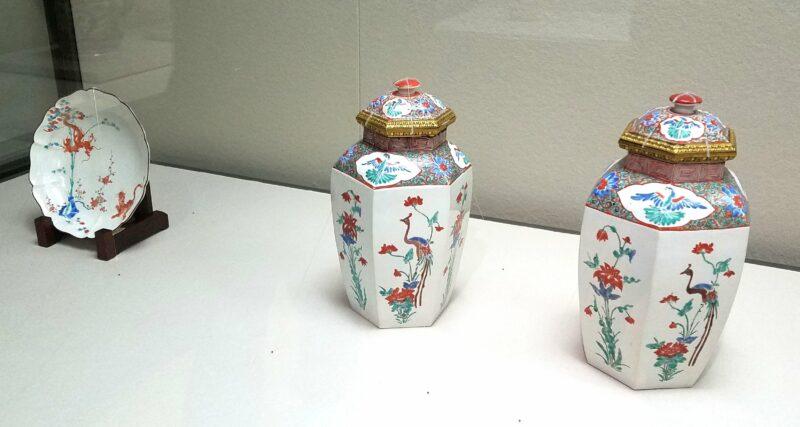 Тарелка и два сосуда выполненные в Арите в стиле Какиэмон в конце 17 в. (Музей керамики Кюсю)