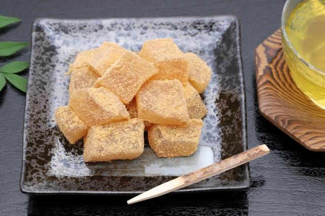 Летний десерт из папоротниковой муки ВАРАБИ-МОТИ (わらび餅), обсыпанный бобовым порошком КИНАКО (きな粉)