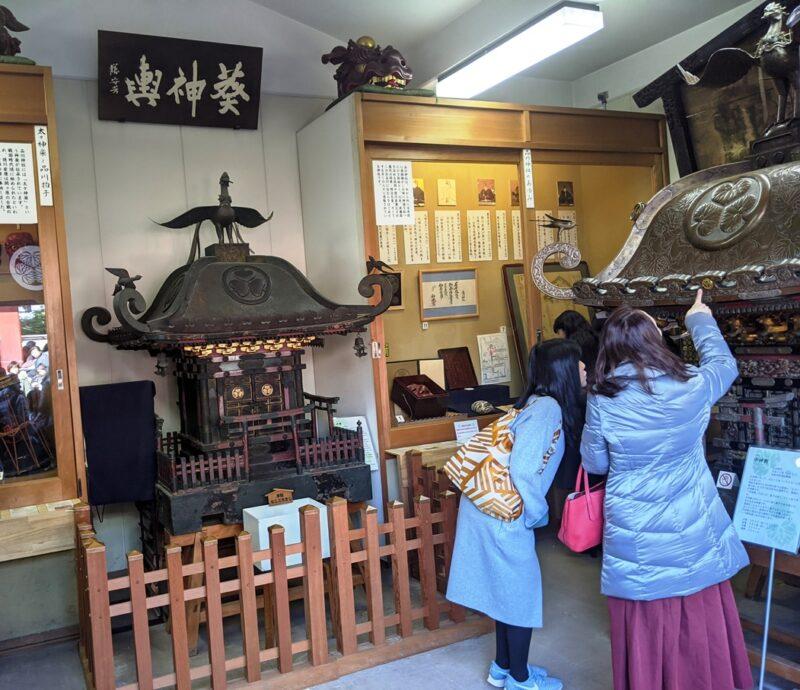 Паланкин о-микоси, который раз в год выносят на главный праздник-мацури святилища