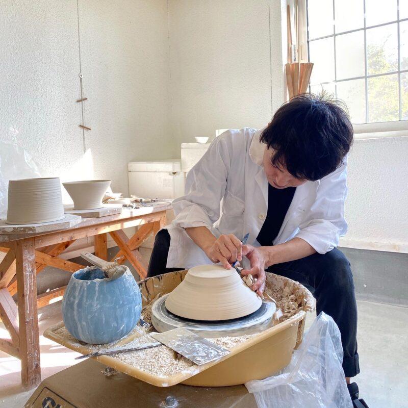 Акио Ниисато в своей мастерской