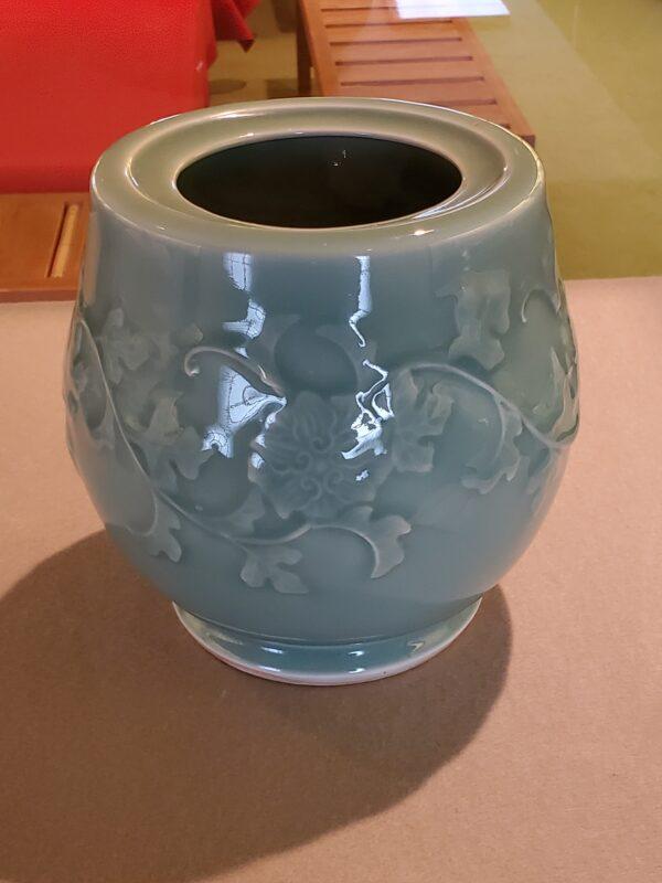 Сосуд с рельефным изображение цветов в китайском стиле карахана. В 2002 г. признан важным культурным сокровищем преф. Сага (начало 18 в)