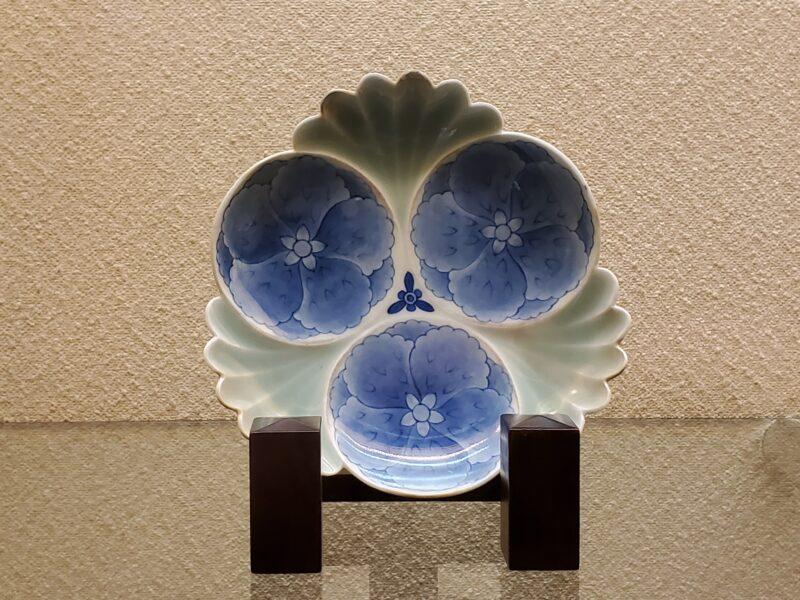 Фигурное блюдо сомэцукэ-сэйдзи с изысканными оттенками подглазурной кобальтовой росписи (конец 17 в)
