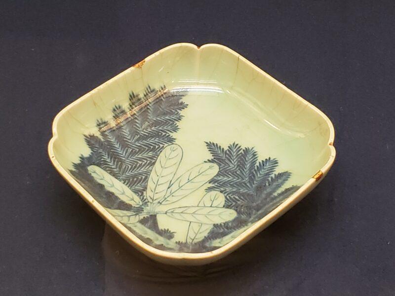 Розеточка сэйдзи-сомэцукэ с рисунком волчелистника (юдзуриха), начало 18 в.
