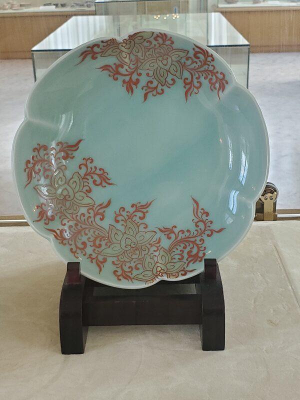 Тарелка сэйдзи-ироэ с узором китайских трав (каракуса), первая половина 18 в.