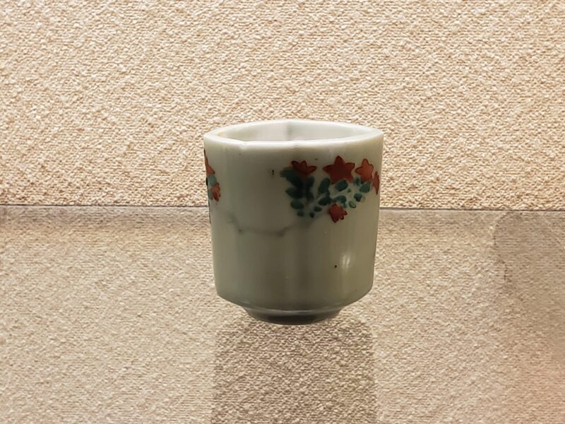 Селадоновая рюмочка-тёко, ранние попытки цветной росписи поверх селадновой глазури, конец 17 в.