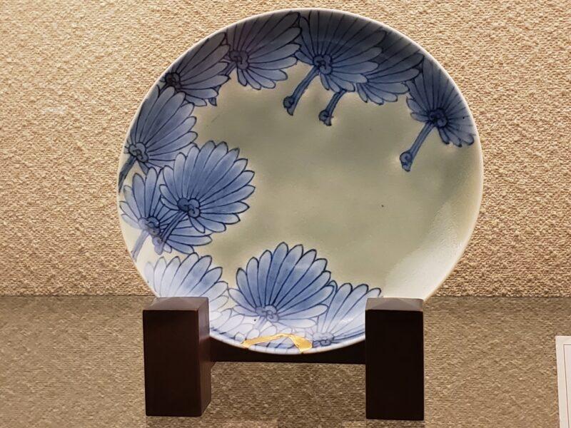 Тарелка сэйдзи-сомэцукэ со стилистическим изображением пальм (棕梠), конец 17 в.
