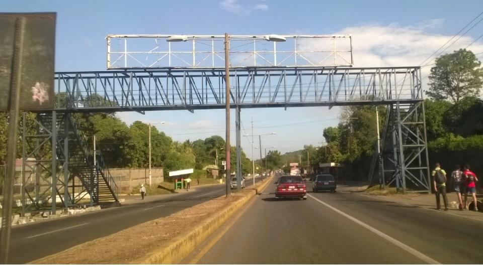 Los puentes aéreos peatonales sin uso en Managua