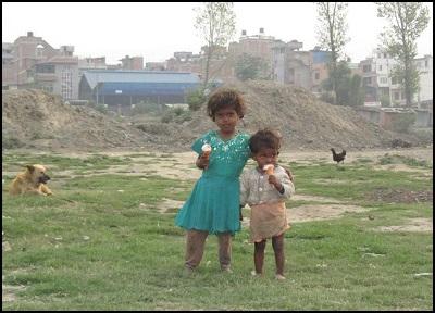 013 - 2 cute kids in Kat slum