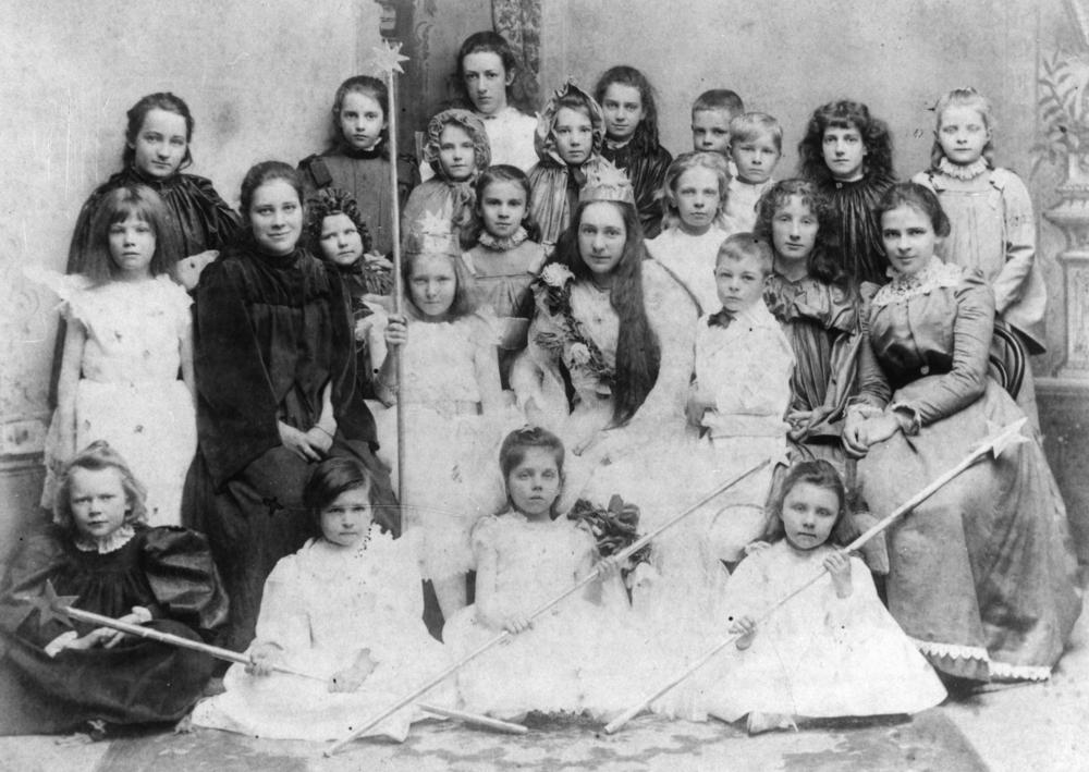 (14T) StateLibQld_1_167747_Girls_from_Milton_College,_Warwick,_Queensland,_in_fancy_dress,_1900