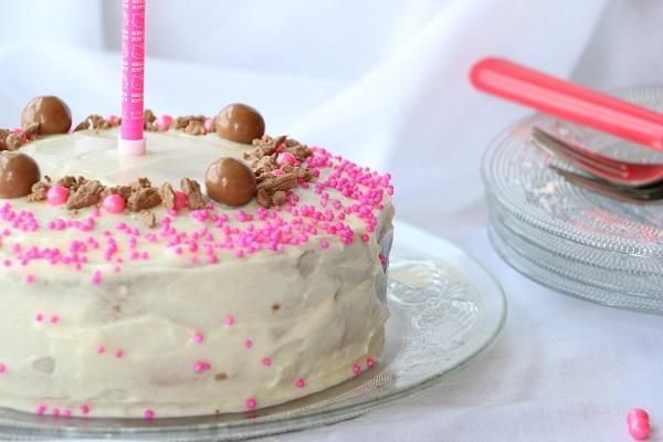 עוגת יום הולדת לבנה וחגיגית בכמה דקות - EshetStyle בלוג אוכל ואירוח (צילום: טליה הדר)