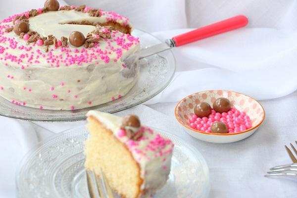 איך לקשט עוגת יום הולדת בחמש דקות - טיפים לעוגת יום הולדת שילדים אוהבים EshetStyle (צילום: טליה הדר)