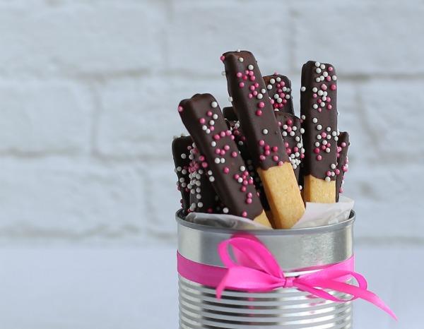 מקלות מצופים בשוקולד_מה להכין ליום הולדת_אירוח בסטייל_אשת סטייל (צילום: טליה הדר)