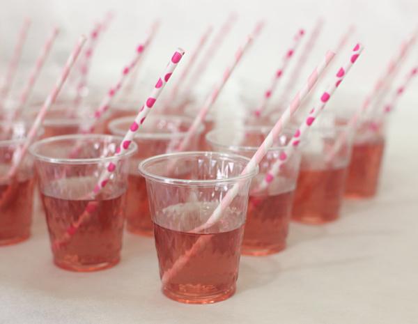כוסות שתיה ליום הולדת_איך לארגן יום הולדת לילדה בת 6_יום הולדת לילדי הכיתה_בלוג אוכל ואירוח אשת סטייל