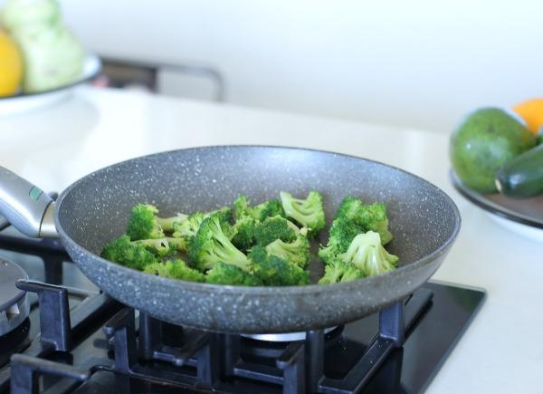 תוספת ברוקולי בריאה ומהירה_תוספת ירוקה למנה עיקרית_רעיון לתוספת_אירוח בסטייל_צילום ומתכון: טליה הדר